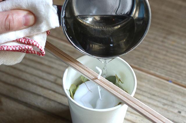 流し入れる際は、ロウに浸からないよう、芯は割り箸で挟んでおこう|【賃貸DIY】お部屋のインテリアに!100均グッズでボタニカルキャンドルを作ろう