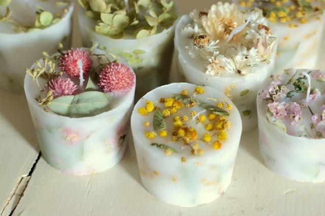 キャンドルでありながら「花のある空間」も作ってくれる|【賃貸DIY】お部屋のインテリアに!100均グッズでボタニカルキャンドルを作ろう
