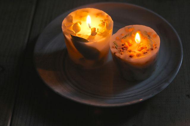 火を灯せば花々が美しく浮かび上がり、癒やしのひとときを演出|【賃貸DIY】お部屋のインテリアに!100均グッズでボタニカルキャンドルを作ろう