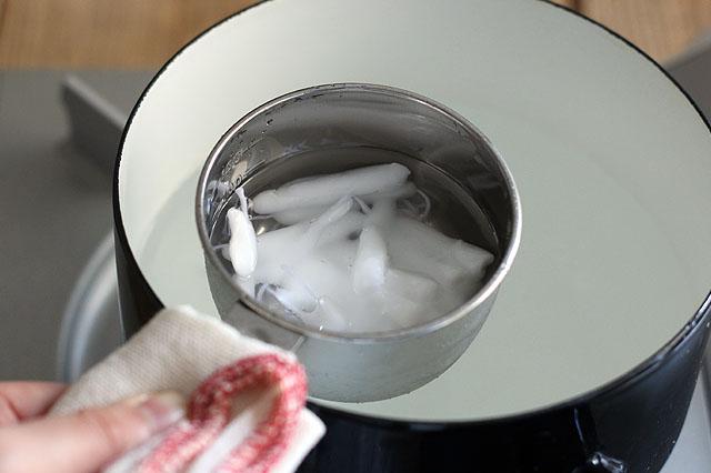 熱湯や溶けたロウで火傷しないよう注意!|【賃貸DIY】お部屋のインテリアに!100均グッズでボタニカルキャンドルを作ろう