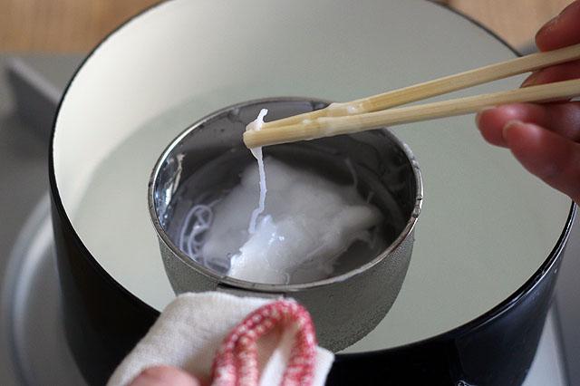 捨ててもよい割り箸などを使って取り出す|【賃貸DIY】お部屋のインテリアに!100均グッズでボタニカルキャンドルを作ろう