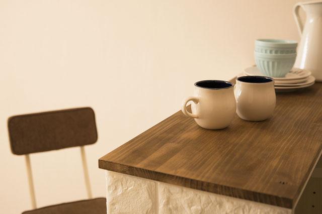 料理の作業台としてだけでなく、テーブルとしても使える|【賃貸DIY】狭いキッチンに!調理スペースや収納棚になるキッチンカウンターの作り方