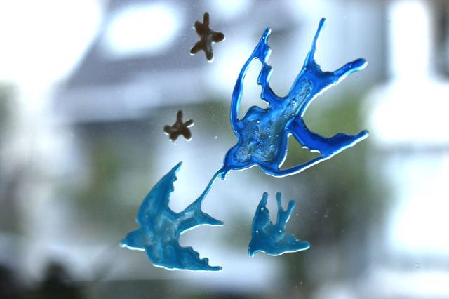 そのまま貼りつくので、テープやのりなどは不要!|【賃貸DIY】100均のガラス絵の具で窓や小物をオシャレにデコレーションしよう!