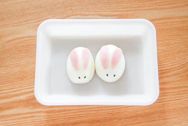 卵の細くなっている方を奥(うさぎのおしり側)に向けて顔をつくる|うさぎと卵のイースターサラダ