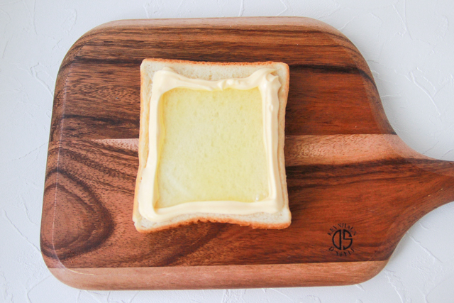 卵黄は半熟に、でも卵白にはしっかり火を通したい。卵黄を乗せずにまず卵白だけ焼くのがコツ|カルボナーラトーストの作り方