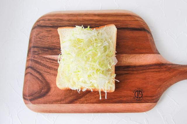 熱でしんなりとしぼむので、キャベツの量は多いかも?というくらいでOK!|キャベツのチーズドームトーストの作り方