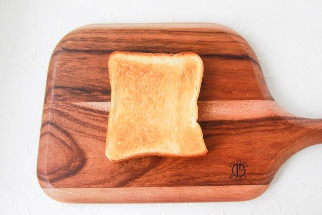 食パンをカリッとさせたいので、先に焼き色をつけておこう|プリントーストの作り方