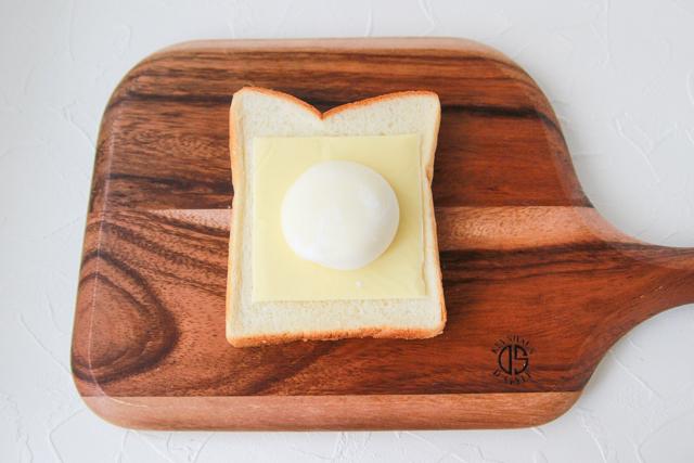 チーズを乗せることで溶けたアイスがしみてベタつくのをふせぐ|雪見だいふくトーストの作り方