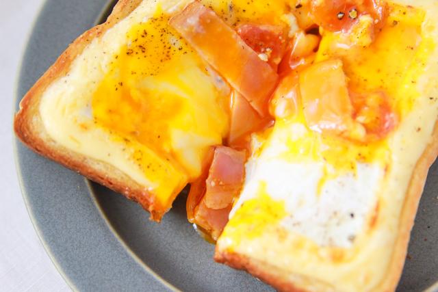 卵黄をトロリと崩して食べよう|カルボナーラトーストの作り方
