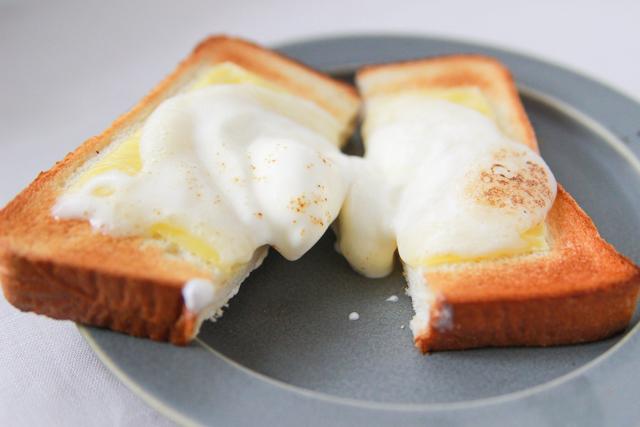 餅はあたたかくトロリと溶け、中央のアイスはひんやり|雪見だいふくトーストの作り方