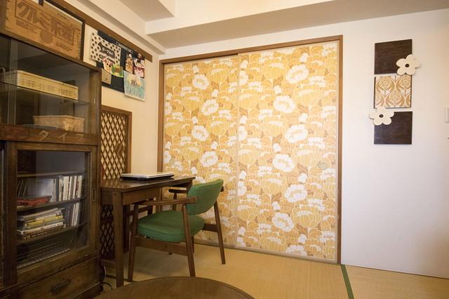 ふすまに貼った黄色の壁紙でレトロ感を演出。DIYに使用している壁紙の多くは、壁紙の通販サイト「壁紙屋本舗」で購入したという|古道具とDIYで和室をオシャレに! 2児のママに聞いた昭和レトロな和室インテリアの楽しみ方