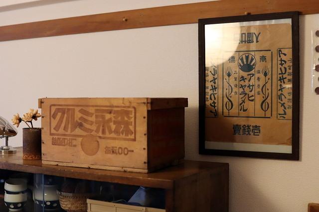 収納箱はレトロな木箱を活用。「あえて文字入りのアイテムを選んでいます」と鶴田さん|古道具とDIYで和室をオシャレに! 2児のママに聞いた昭和レトロな和室インテリアの楽しみ方