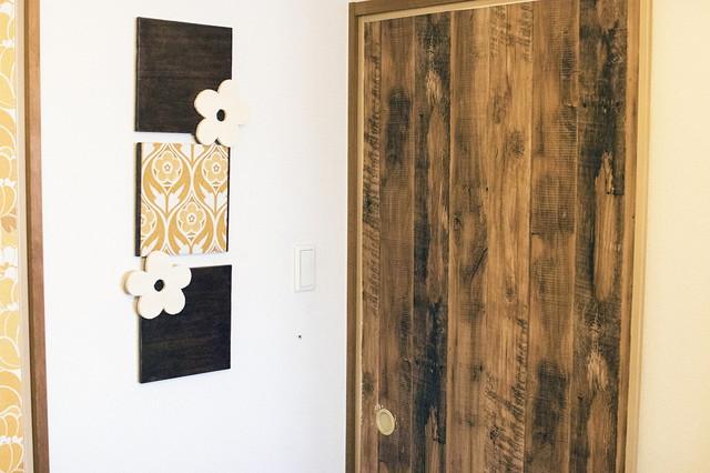 壁のパネルは、和の空間に合わせてDIYしたもの。100円ショップで買える板を貼り合わせて、画鋲にひっかけるだけ。材料費は500円ほど|古道具とDIYで和室をオシャレに! 2児のママに聞いた昭和レトロな和室インテリアの楽しみ方