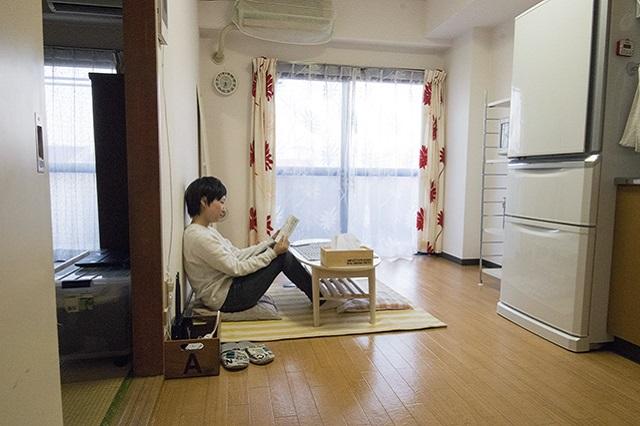 カーペットと小さなテーブルだけが置かれたリビング。ここで本を読んだり、ブログを書いたりするのがナナコさんのいつもの過ごし方|ミニマリストブロガーに聞く持たない暮らしの始め方|ミニマリストブロガーに聞く持たない暮らしの始め方