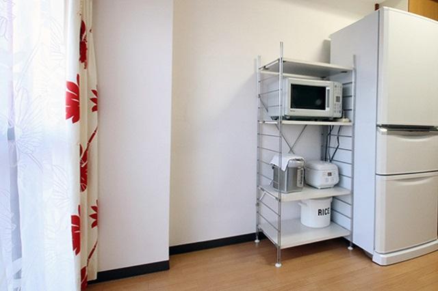 レンジが置かれた棚の横は、もともと食器棚があった場所。「処分したことで、空間の余白を楽しめるようになった」とナナコさん|ミニマリストブロガーに聞く持たない暮らしの始め方