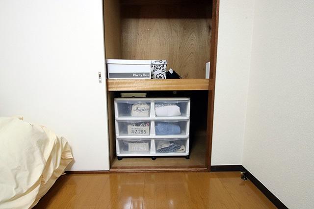 自室の押入れには、1年分の衣類、バック、メイク道具などを収納。それでもスペースがたっぷり余っている|ミニマリストブロガーに聞く持たない暮らしの始め方