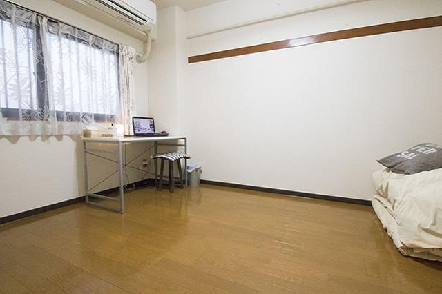 ナナコさんの自室。今はデスクと布団だけが置かれている|ミニマリストブロガーに聞く持たない暮らしの始め方