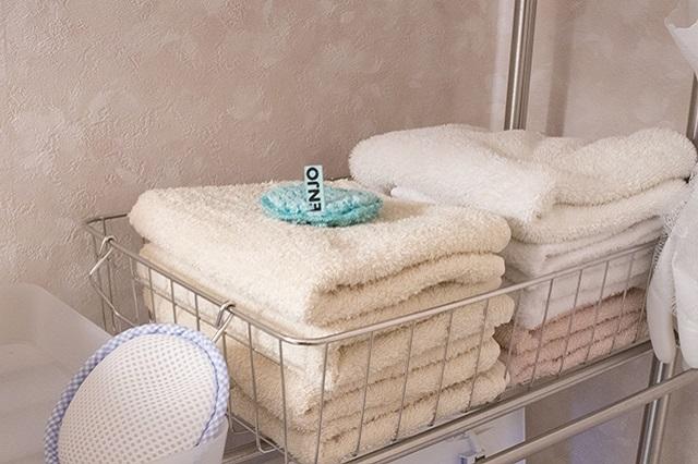 乾くのに時間がかかるバスタオルは使わずに、ハンドタオルのみを使用。写真左下は、洗濯機に入れると洗剤の代わりになる「洗たくマグちゃん」|ミニマリストブロガーに聞く持たない暮らしの始め方
