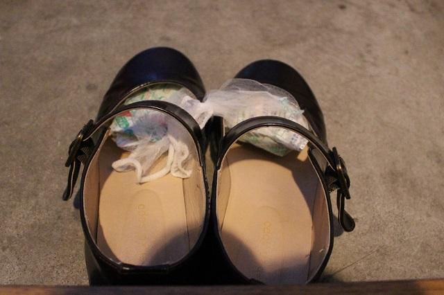 靴のつま先に押し込むようにして、乾燥剤を入れておこう。1日履き倒したムレシューズも、次の朝にはムシューズ!|部屋の消臭対策!部屋の嫌な臭いを取る方法