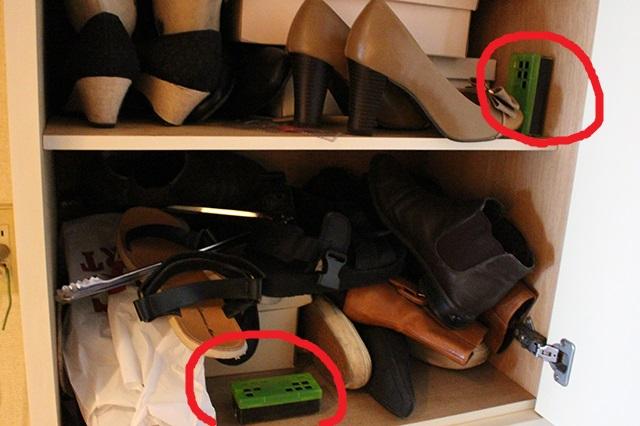 赤丸で囲ったのが脱臭炭。炭の表面(緑のフタがついている面)を、靴側に向けておくようにすると消臭の効率がアップ!|部屋の消臭対策!部屋の嫌な臭いを取る方法