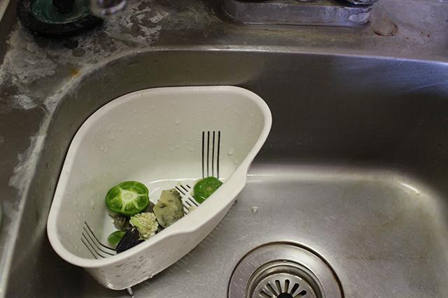 こんな風に三角コーナーに野菜クズや生ゴミを放置しておくと、雑菌が繁殖して臭いの原因になる! ※イメージ写真|部屋の消臭対策!部屋の嫌な臭いを取る方法