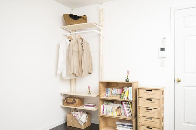 部屋の雰囲気に馴染む、機能的なオープンシェルフをラブリコを使って作ってみよう!|【賃貸DIY】服も小物もすっきり収納! 人気のラブリコでオープンシェルフを作ろう