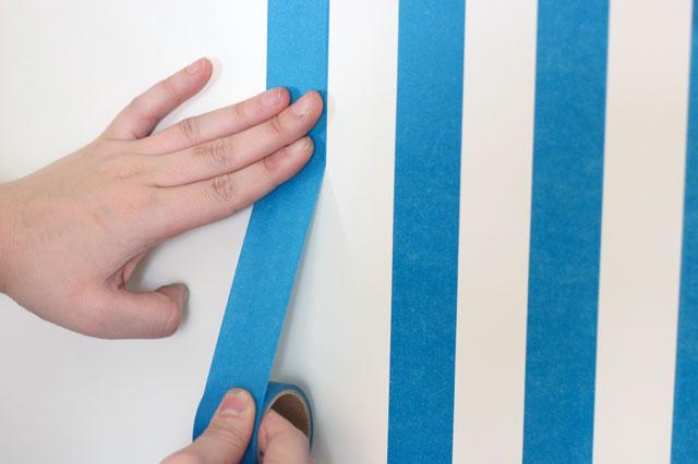 マスキングテープが曲がったら、曲がったところまではがしてまっすぐに修正しよう|【賃貸DIY】貼るだけで部屋の雰囲気が変わる! マスキングテープで壁の模様替え