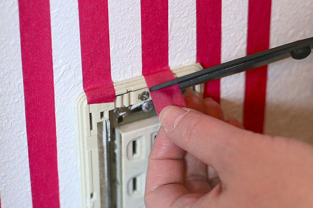 内側の金属部分にはマスキングテープがかからないようにすること!|【賃貸DIY】貼るだけで部屋の雰囲気が変わる! マスキングテープで壁の模様替え
