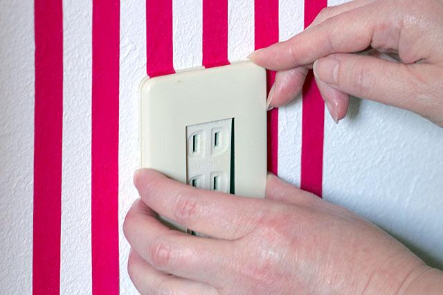 マスキングテープを貼り終ったら、カバーをきちんとはめ込もう|【賃貸DIY】貼るだけで部屋の雰囲気が変わる! マスキングテープで壁の模様替え