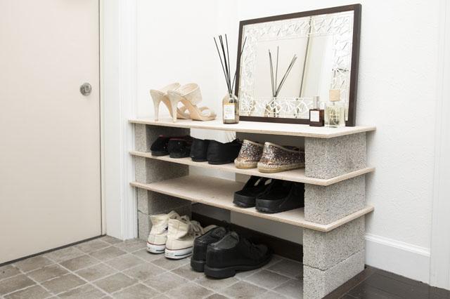 板とセメントレンガで簡単に作れるシューズラックで、玄関まわりがスッキリ