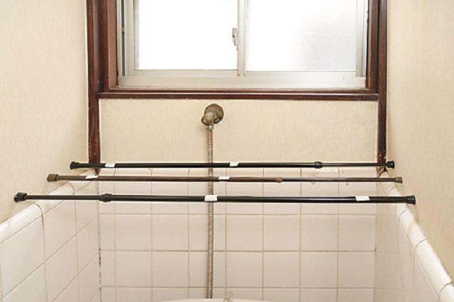 つっぱり棒は等間隔に設置してバランス良く|【賃貸DIY】100均のリメイクシートと段ボールを使ってトイレに収納棚を作ろう!
