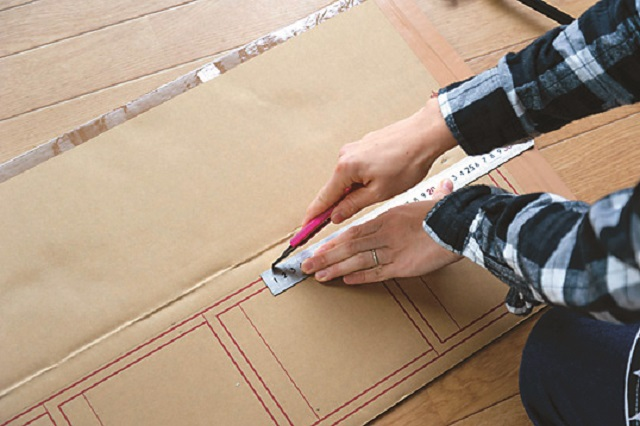 折り目を作る時はカッターの刃を深く入れすぎないよう注意|【賃貸DIY】100均のリメイクシートと段ボールを使ってトイレに収納棚を作ろう!