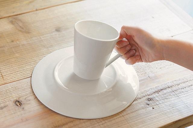 カップと皿は質感が同じものを使うと一体感が出る。カップと皿をあえて別の色にしてもオシャレ!|【賃貸DIY】材料費300円以下!100均グッズでキッチンを便利にするプチアイデア3選