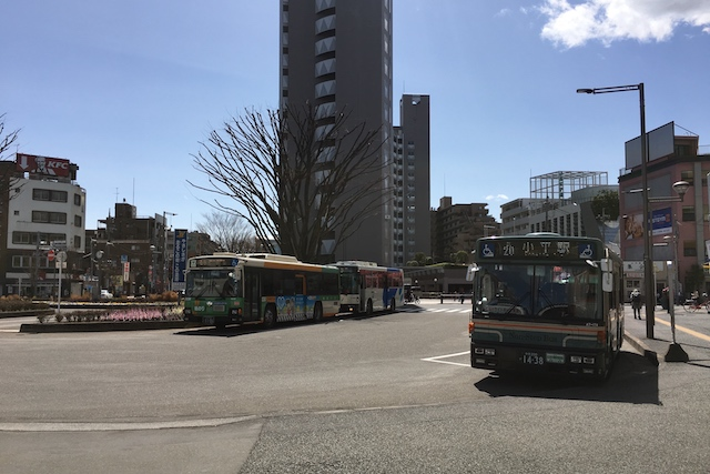 小平駅南口ロータリー。国分寺駅行き、武蔵小金井駅行き、青梅駅行きなどのバスが運行している|〝日本一大きい丸ポスト〟のある街・小平はノスタルジック&SNS映えする風景の宝庫だった
