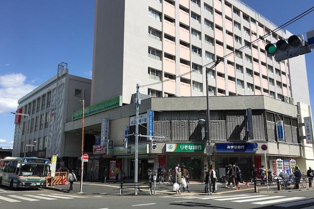 小平駅前ショッピングセンター外観。1~2階が店舗、3階以上は賃貸物件 〝日本一大きい丸ポスト〟のある街・小平はノスタルジック&SNS映えする風景の宝庫だった