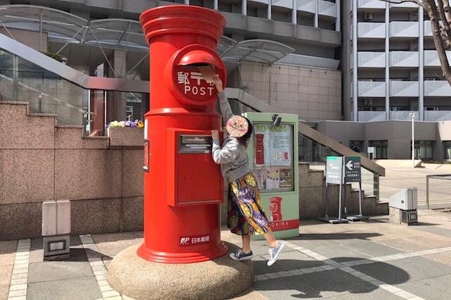 上部投函口は高さ2m10㎝。身長の低いライターは台座に乗っても届かない~ 〝日本一大きい丸ポスト〟のある街・小平はノスタルジック&SNS映えする風景の宝庫だった