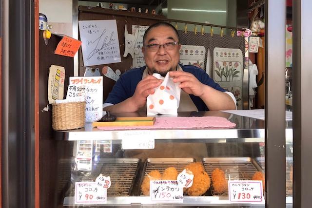 FC東京のサポーターも務める大谷和巳さん。店は一家で切り盛りされているそうだ おそうざいの店 さんぽみち(小平) 〝日本一大きい丸ポスト〟のある街・小平はノスタルジック&SNS映えする風景の宝庫だった