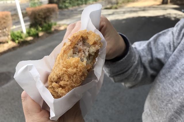 粗挽き肉がゴロゴロしていて、噛むとジュワッと肉汁が口いっぱいに広がる。粗い衣と相性もバツグンだ。「さんぽみち」人気No.1だけあるメンチカツだった! 〝日本一大きい丸ポスト〟のある街・小平はノスタルジック&SNS映えする風景の宝庫だった