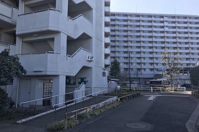 12号棟にたどり着いたところ。この辺りにあるはず…… 〝日本一大きい丸ポスト〟のある街・小平はノスタルジック&SNS映えする風景の宝庫だった