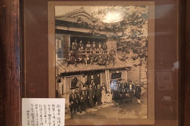 昭和12年頃の様子がわかる写真も飾られている||老舗のそば屋・無識庵 越後屋(王子)