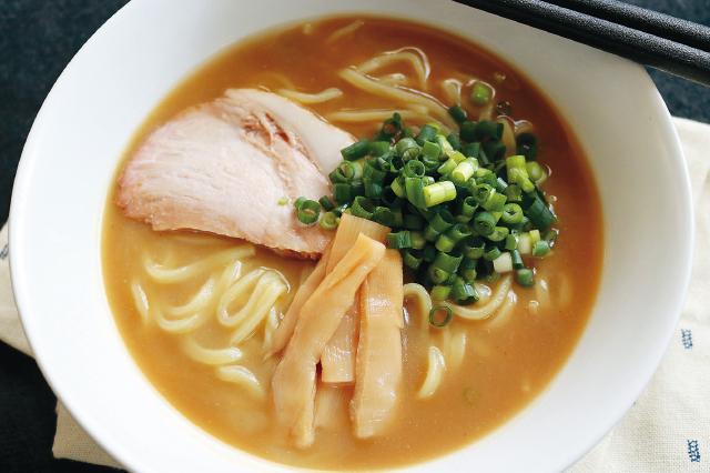 こってりスープが麺に絡みつく、やみつきの味!「天下一品」風のこってりラーメンを作ってみよう!|【再現レシピ】ラーメン屋「天下一品」風のこってりラーメンを自宅でおいしく作るコツ