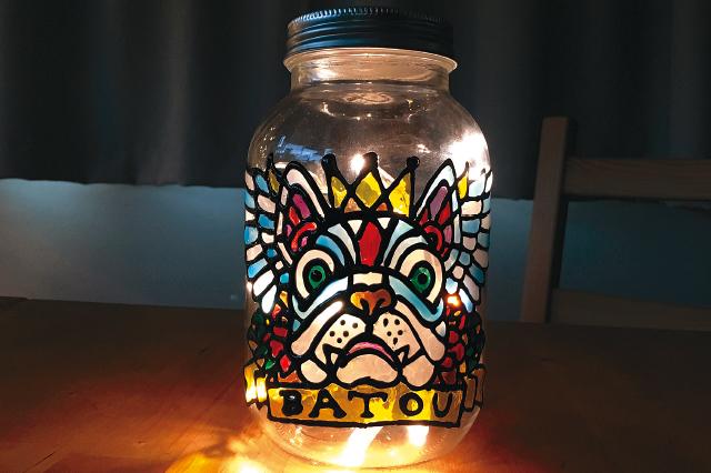 空き瓶に施すイラストも下絵があれば簡単にペイントできる!|【賃貸DIY】ステンドグラス風ボトルライトを手作り!自分好みの照明を部屋に取り入れよう