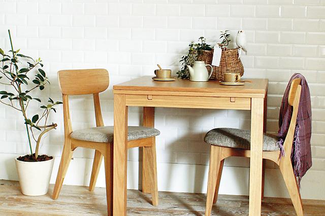 広げると4人用になるダイニングテーブル。ナチュラルなデザインでインテリアに合わせやすい