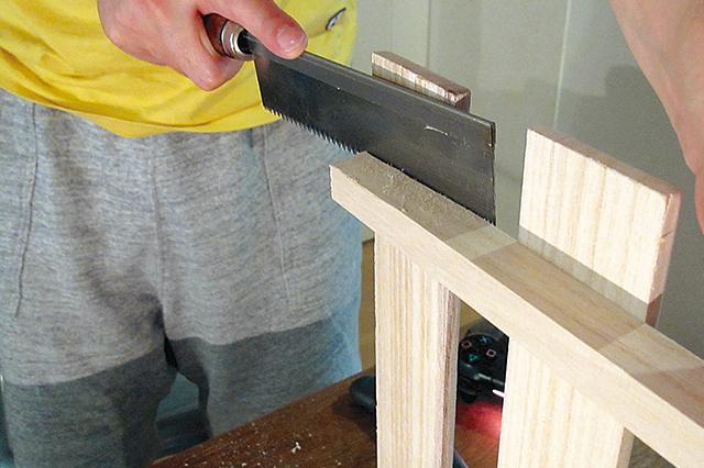 接着剤で板同士が接着されている場合は、間にのこぎりを入れて少しずつ刃を入れていこう|【賃貸DIY】100均グッズで簡単&おしゃれなケーブル収納ボックスを自作しよう!