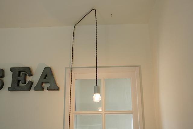 コードを壁に沿って這わせ、天井で吊るアイデアも参考になる|賃貸でもおしゃれに!部屋の照明の選び方を整理収納アドバイザー・村上直子さんに聞いてきた