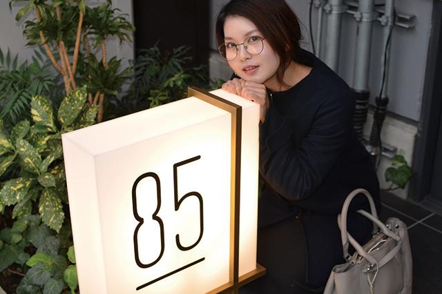「85」のロゴがかわいい店の看板。思わず写真を撮ってしまう|85(ハチゴウ)|デートスポットに住む! 住みたい街として人気の中目黒で高架下デートを楽しもう