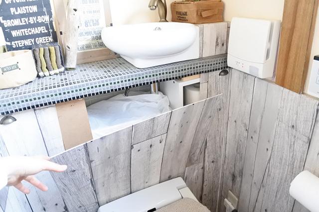 トイレタンクを囲う板は簡単に取り外せるようにすることで、トラブルが起こった際も安心|DIYの達人に聞いた!築45年の古民家賃貸を住みやすくおしゃれにアレンジするコツ