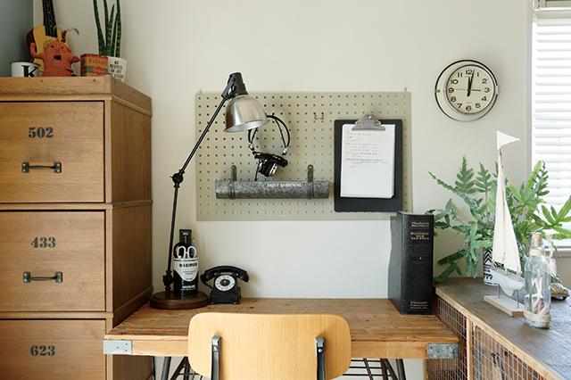 デスクには、高さや角度を変えられるアームデスクライトを設置|賃貸でもおしゃれに!部屋の照明の選び方を整理収納アドバイザー・村上直子さんに聞いてきた