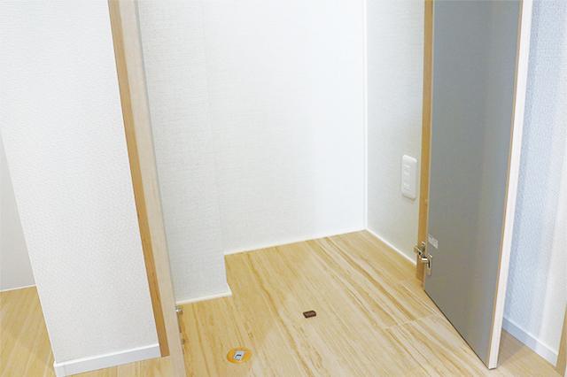 小さな収納スペースにもコンセントが。ハンディ掃除機などをしまったまま充電できる。これは便利!|電気自動車を自宅で充電!EV充電設備付きの賃貸物件を取材してきた