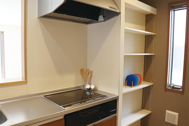 キッチンはIHを採用。3~4人家族での暮らしに十分対応できる広さのキッチンだ|電気自動車を自宅で充電!EV充電設備付きの賃貸物件を取材してきた